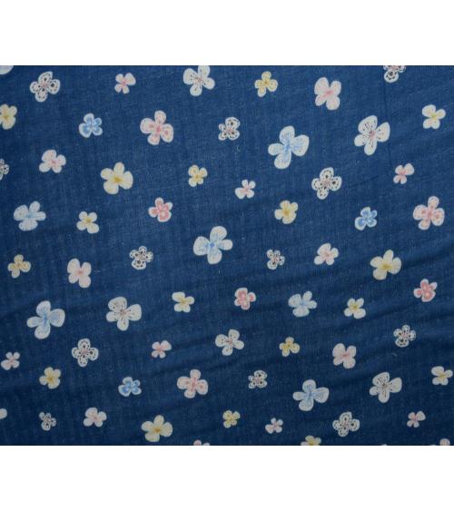 Tela japonesa. Flores sobre fondo azul oscuro