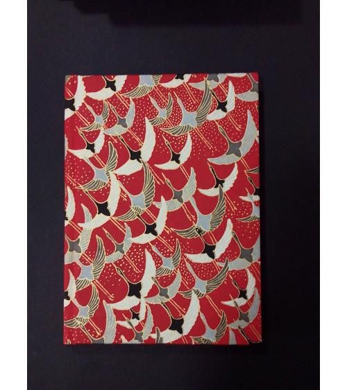 Libreta 13x18cm. Grullas sobre rojo.