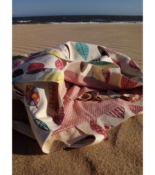 Tote bag de algodón con hojas de colores sobre crudo