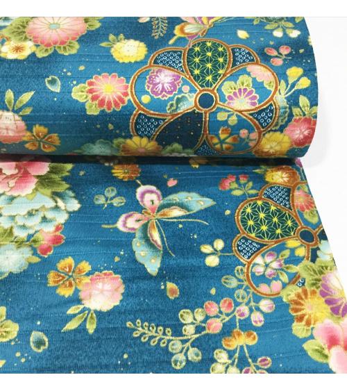Tela japonesa. Satin flores y mariposas sobre fondo azulado