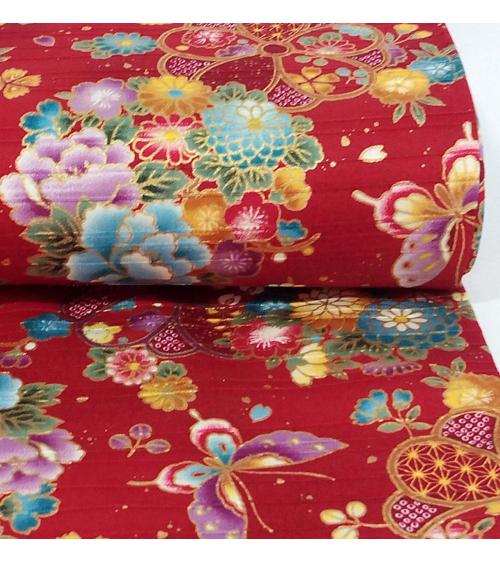 Tela japonesa. Satin flores y mariposas sobre fondo rojo bermellón