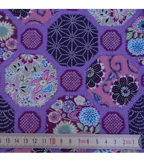 Diseños geométricos y motivos tradicionales sobre fondo lila