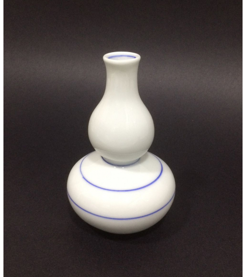 Botella de sake de porcelana adornada con líneas azules