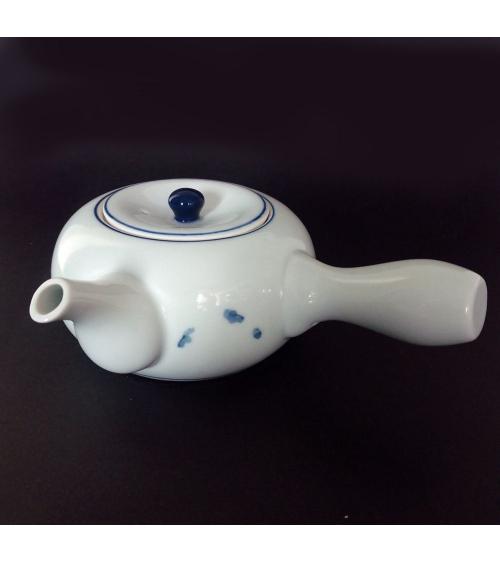 Tetera blanca de porcelana con manchas azules