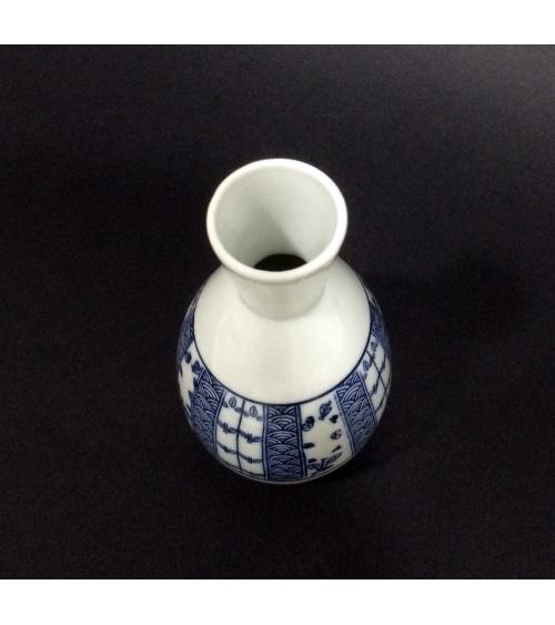 Botella de sake con seigaha en banda azul