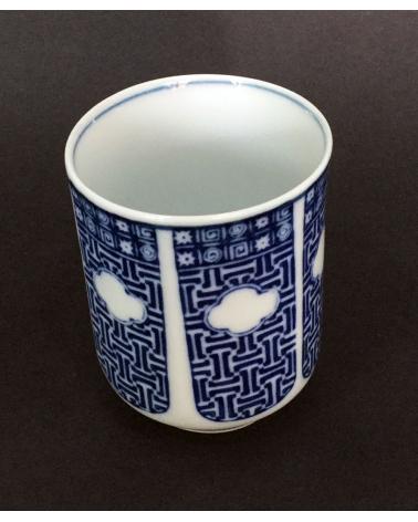 Vaso de té en porcelana con flor de iris