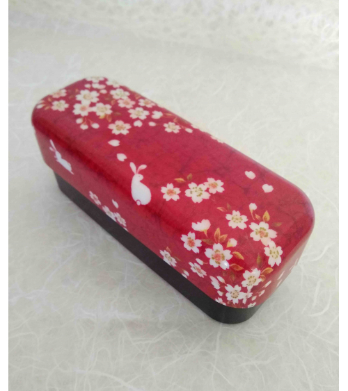 Bento box (lunch box) alargada conejitos y sakura sobre rojo