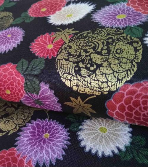 Tela japonesa. Flores y carpas sobre negro