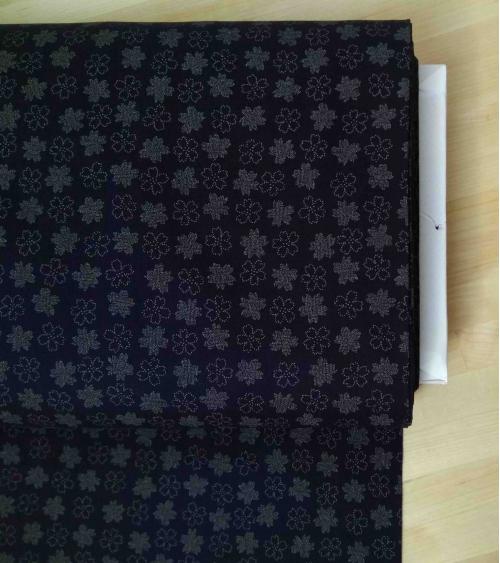 Tela japonesa. flores sobre azul índigo