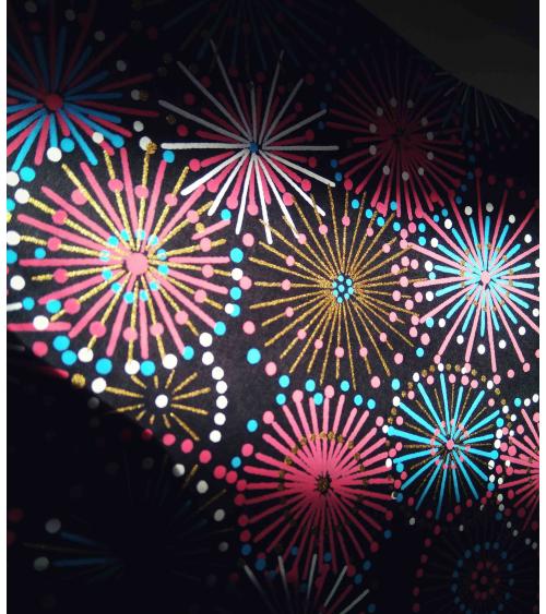 Papel japonés decorativo fuegos artificiales sobre fondo negro