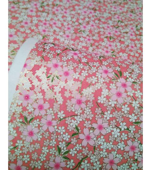 Papel chiyogami sakuras blancas y rosas sobre fondo coral
