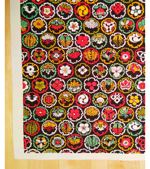 Chiyogami de escudos multicolores sobre negro