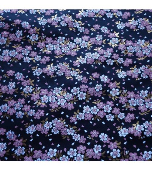 Brocado sakuras rosas y blancas sobre fondo negro (desde arriba)