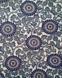 Papel Katazome con motivos de flores y tallos en azules.