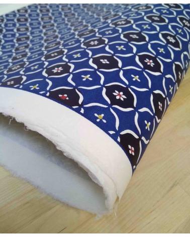 Papel Katazome con motivos geométricos en azul.