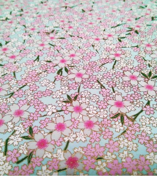 Papel Chiyogami Sakuras sobre azul claro