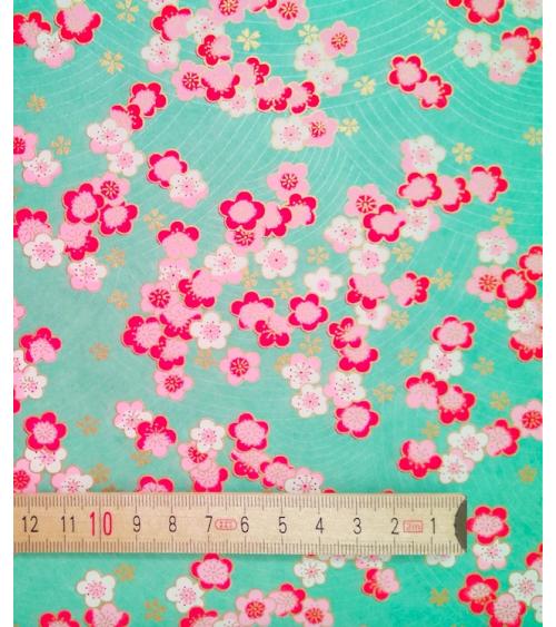Papel japonés decorativo carpas sobre fondo blanco perlado