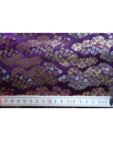 Brocado púrpura con nubes y flor de cerezo (kumo y sakura) (escala)