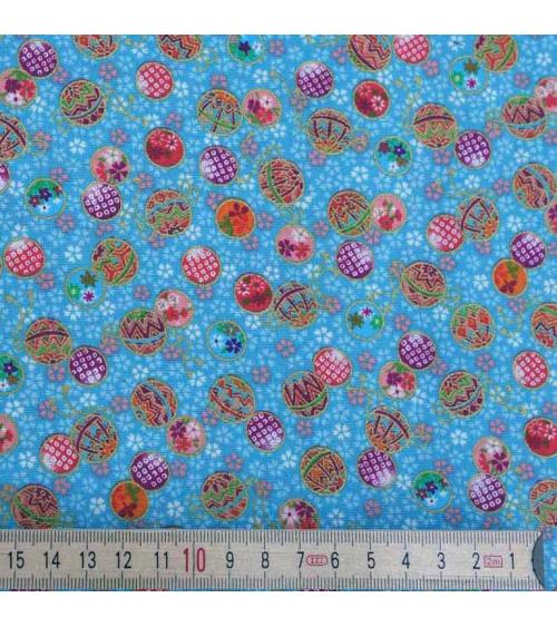 Temari coloridos sobre fondo azul turquesa