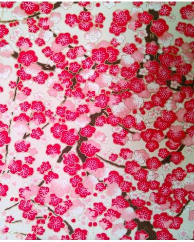 Papel japonés decorativo de ume rosadas sobre fondo beige