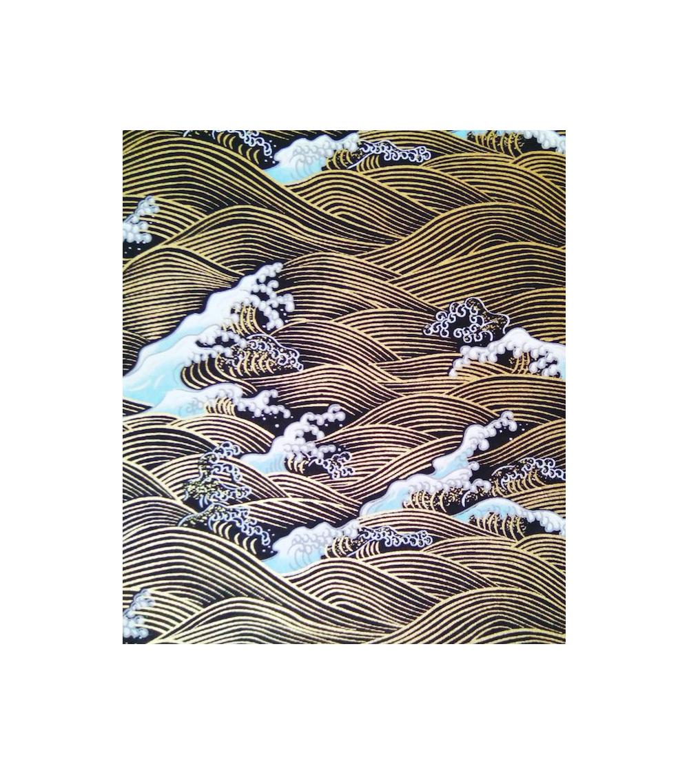 Papel Chiyogami olas doradas sobre fondo negro.