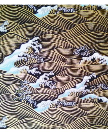 Papel Chiyogami olas doradas (Nami) sobre fondo negro.