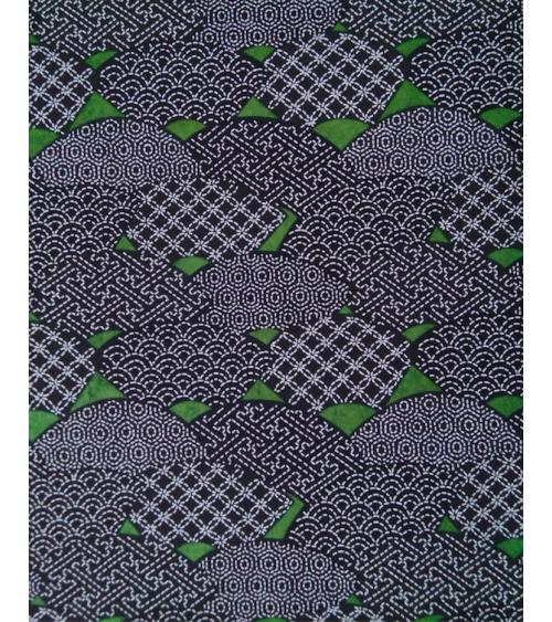 Papel Chiyogami abanicos decorados sobre fondo verde.