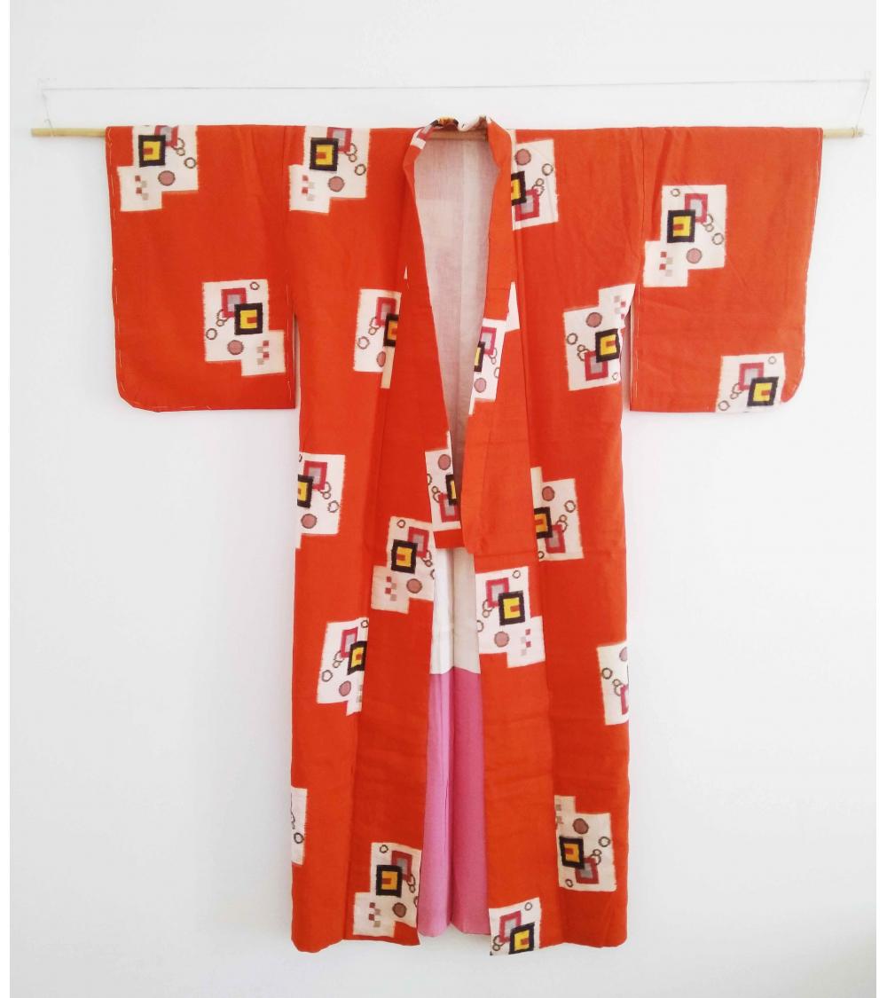 Kimono meisen en naranja con motivos geométricos.