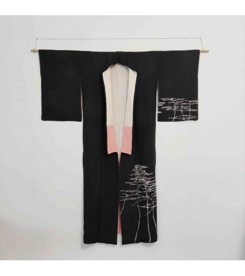 Kimono japonés de seda negro con pinos (Matsu) pintados a mano