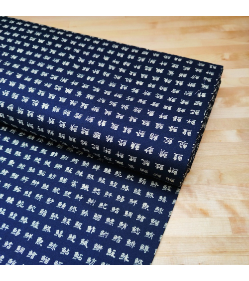 "Tela japonesa de algodón. Kanjis ""nombres de peces"" sobre azul."