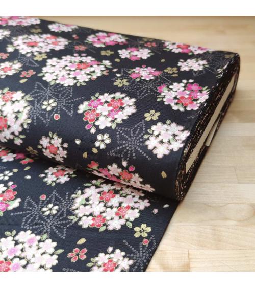 Tela japonesa con sakuras y asanoha sobre fondo negro