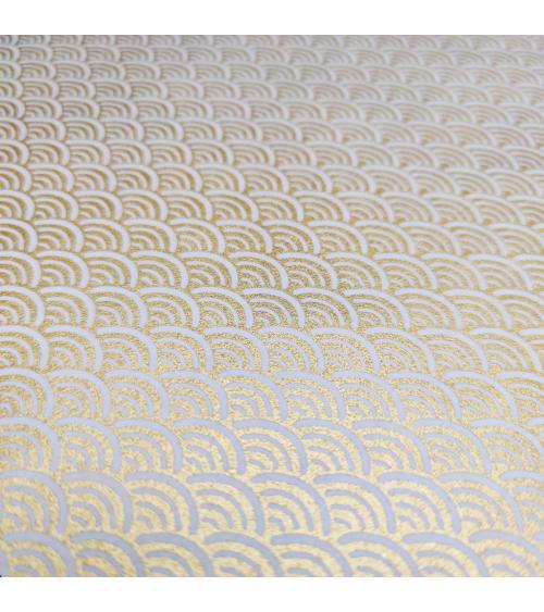 Papel Chiyogami japonés seigaihas doradas sobre fondo blanco