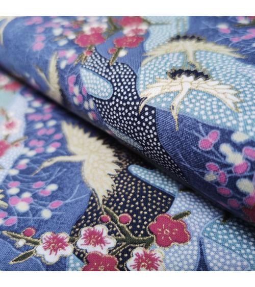Tela japonesa de algodón de grullas y ume con detalles en dorado.