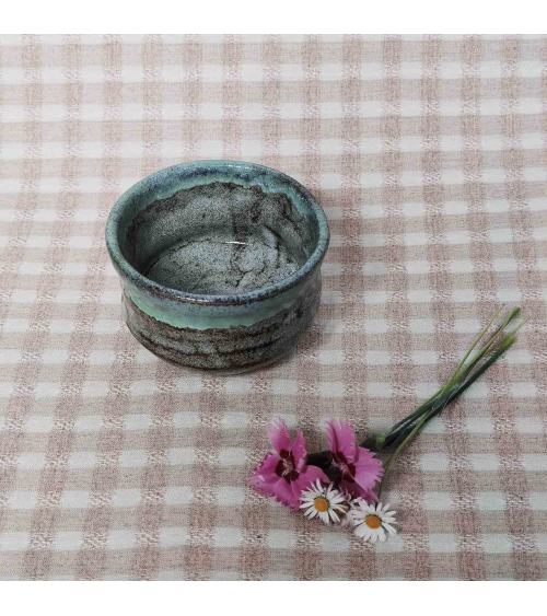 Cuenco japonés para té matcha azul verdoso.