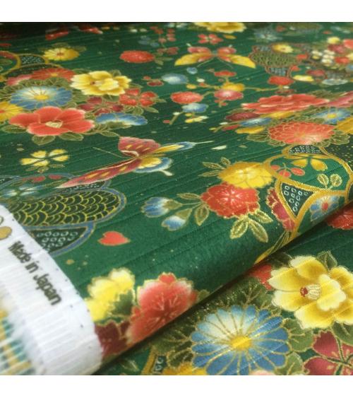 Tela japonesa. Satin flores y mariposas sobre fondo verde
