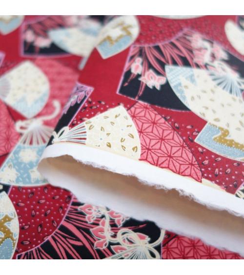 Papel japonés chiyogami abanicos multicolores sobre fondo rojo