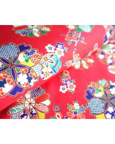 Tela de motivos florales sobre fondo rojo