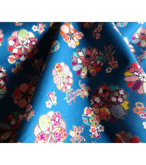 Tela con motivos florales sobre fondo azul