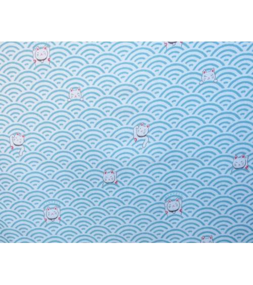 Maneki nekos sobre seigaiha azul